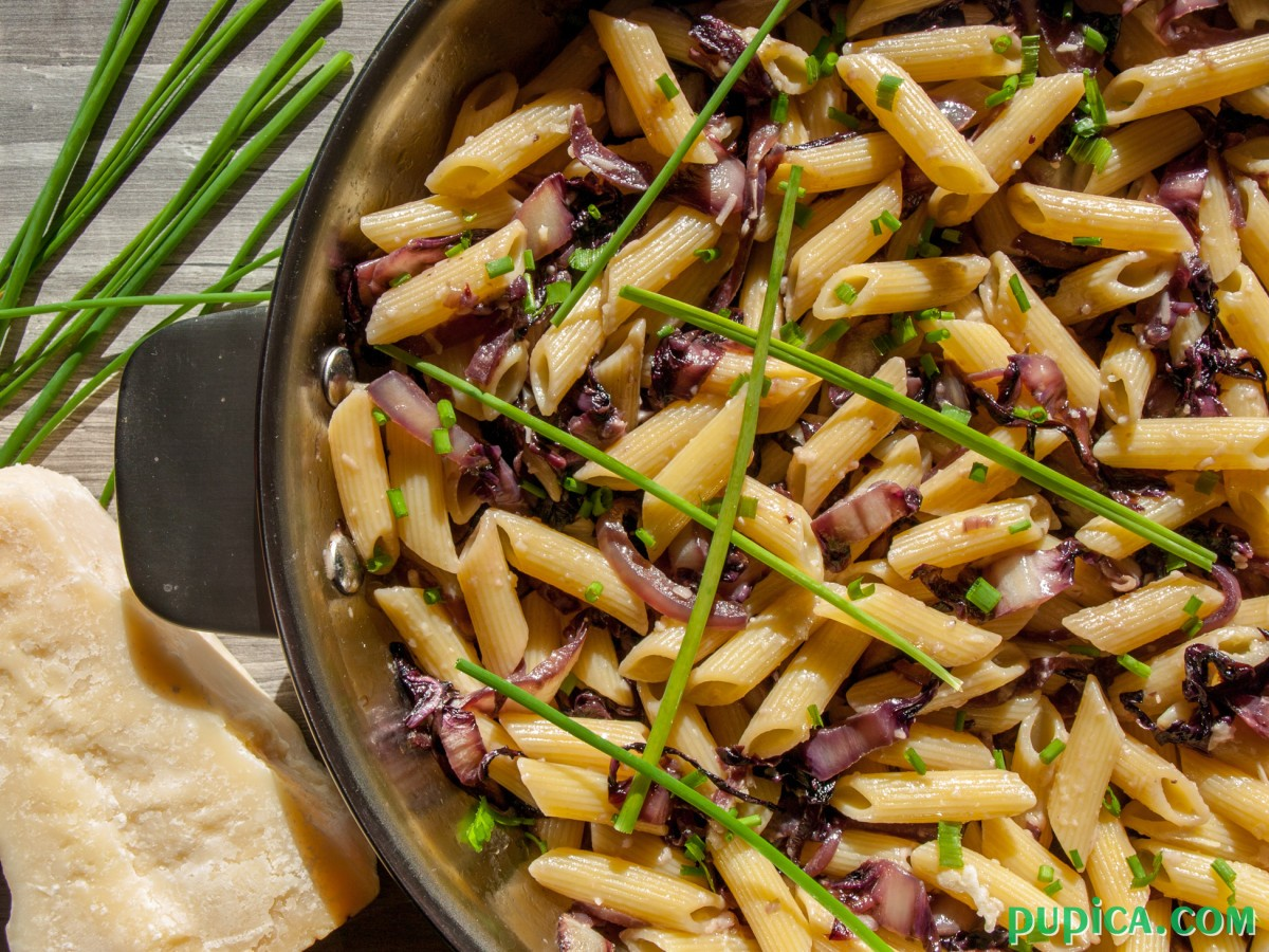 Pasta with radicchio and chives