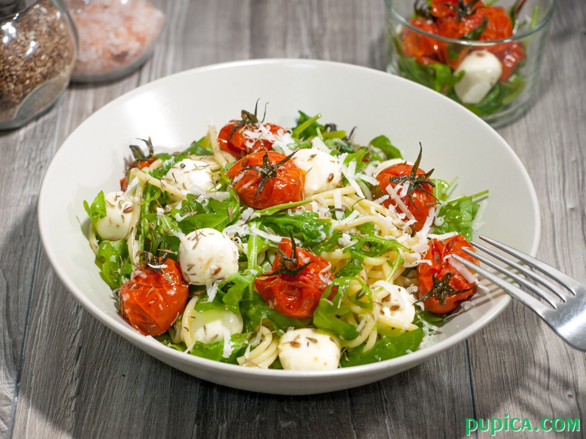 Pasta with roasted tomatoes,mozzarella and arugula
